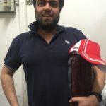 Un cliente soddisfatto mostra la sua Gran Bresaola