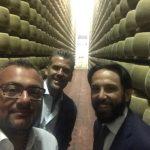 In visita presso uno stabilimento di Parmigiano Reggiano